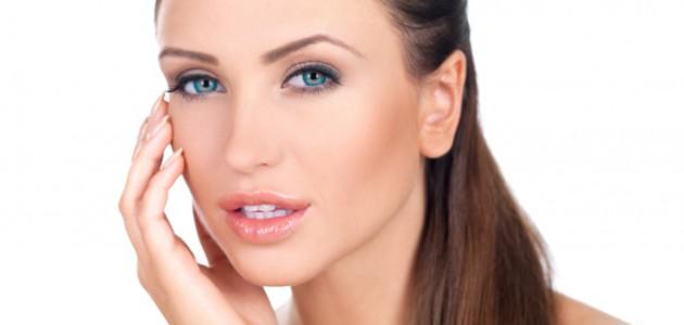 mulher com a mão no rosto por causa da acne