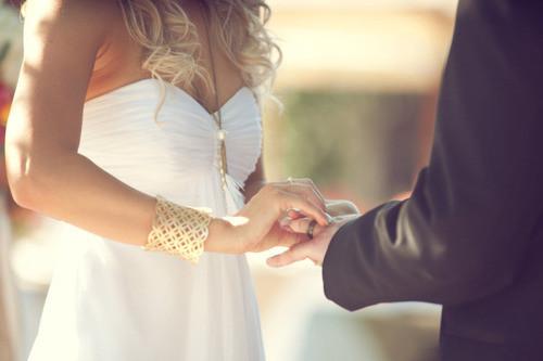 Noivos em casamento com economia