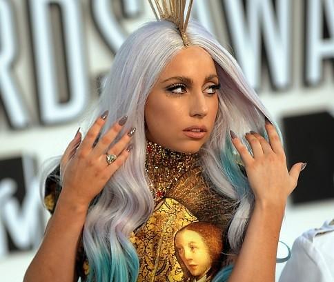 Lady Gaga com unhas sombreadas