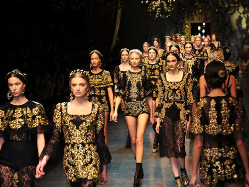 foto de desfile de roupas com estampa barroca