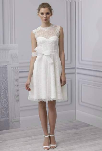 Monique Lhuillier com vestido de noiva curto