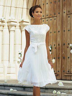 celebridade com vestido de noiva curto