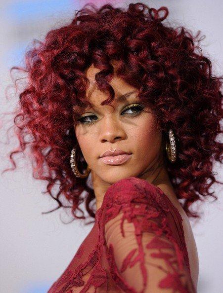 Rihanna com cachos