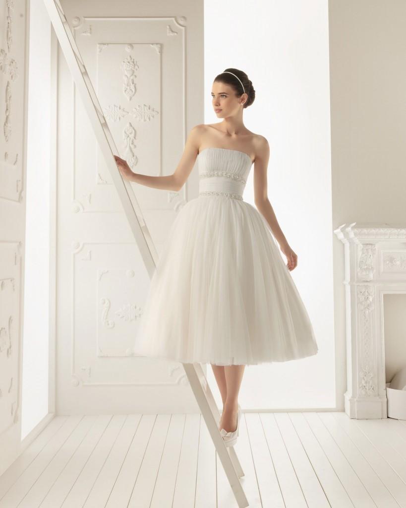 famosa com vestido de noiva curto