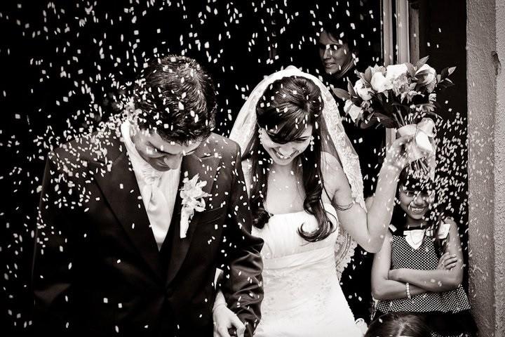 foto dos noivos na porta da igreja - registro para o álbum de casamento