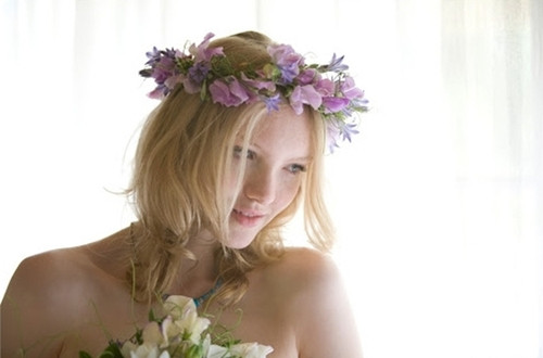 noiva usando coroa de flores