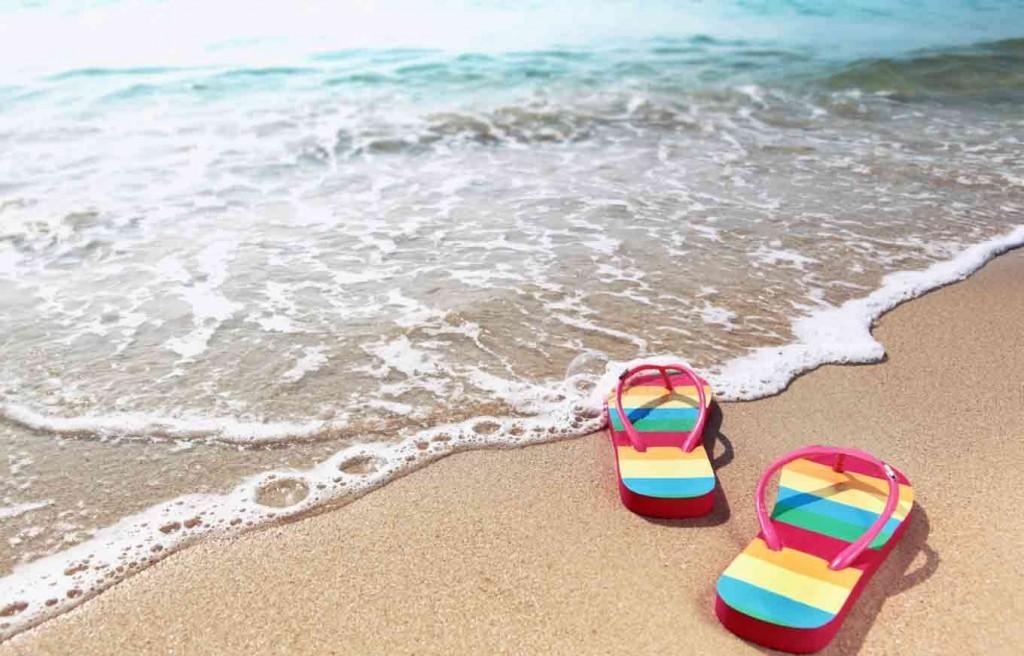 chinelo na praia