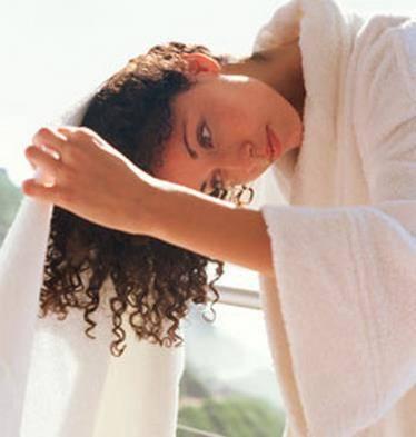 como secar os cabelos cacheados