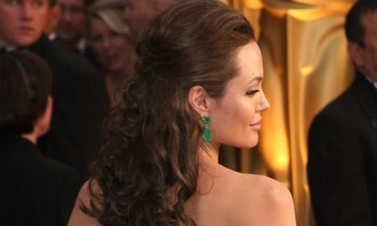 penteado de atriz Angelina Jolie inspirador para mulheres com cabelos cacheados