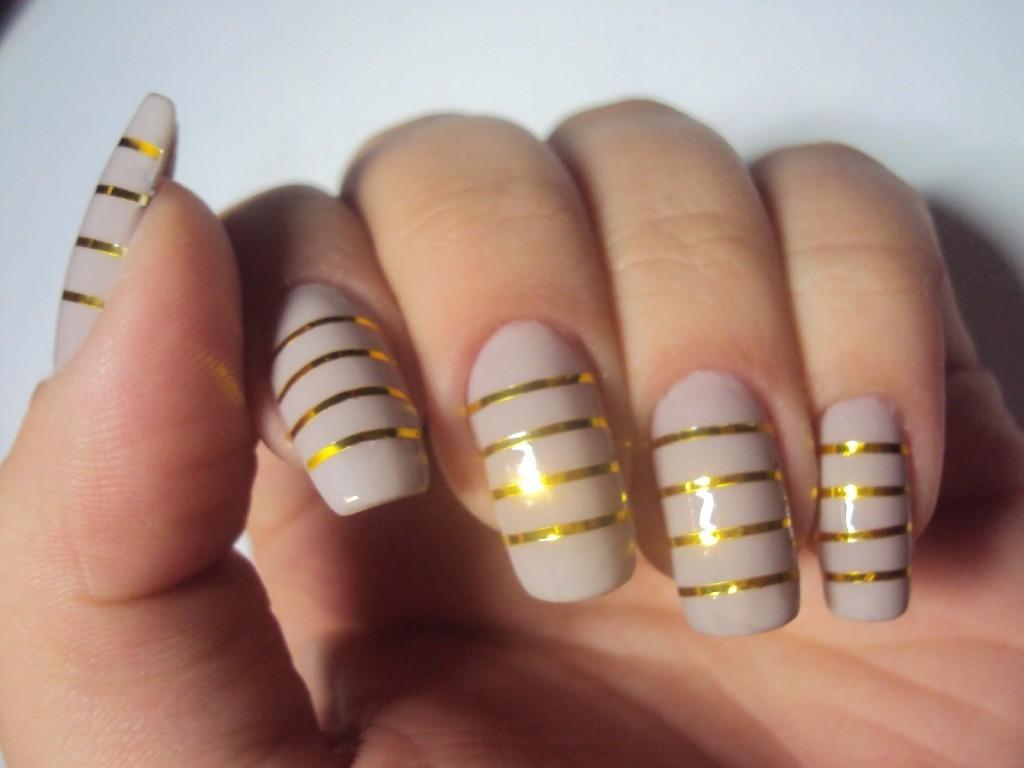 modelo de unhas decoradas com fio de ouro