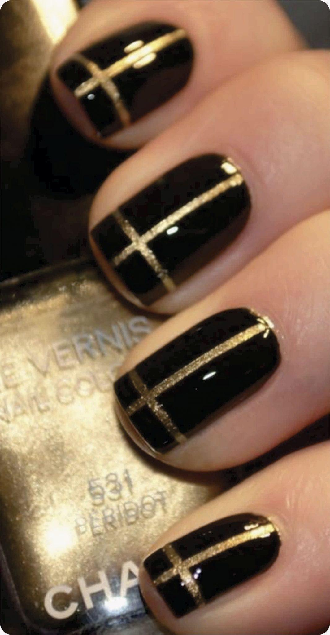 Маникюр черного с золотом