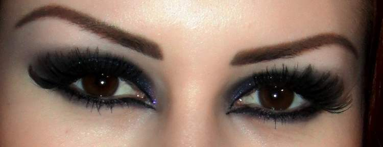 mulher usando maquiagem com olho esfumado preto para festa