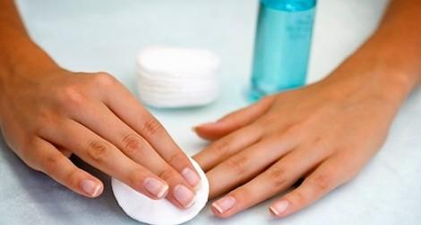 Como retirar o esmalte escuro, sem deixar resíduos