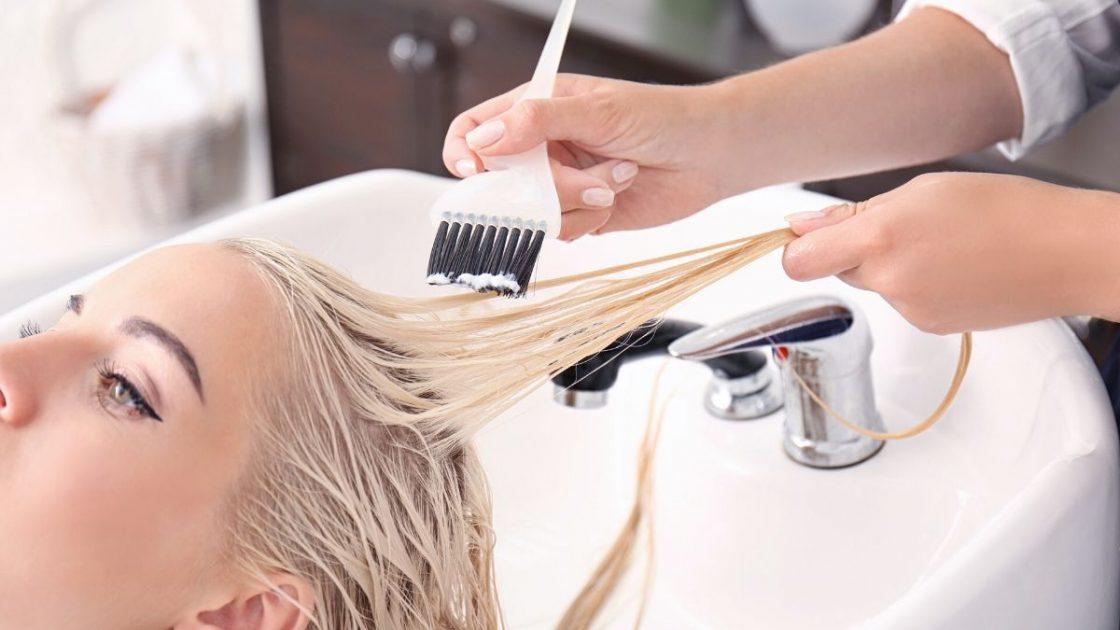 Mulher no salão descolorindo os cabelos