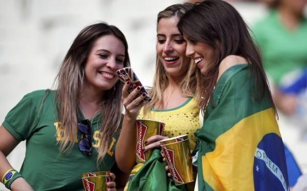 look verde e amarelo das torcedoras brasileiras nas ruas