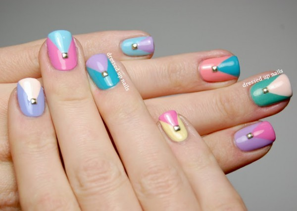 Unhas decoradas com cores suaves e delicadas