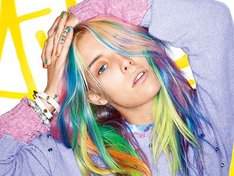Chloe Norgaand com o cabelo colorido