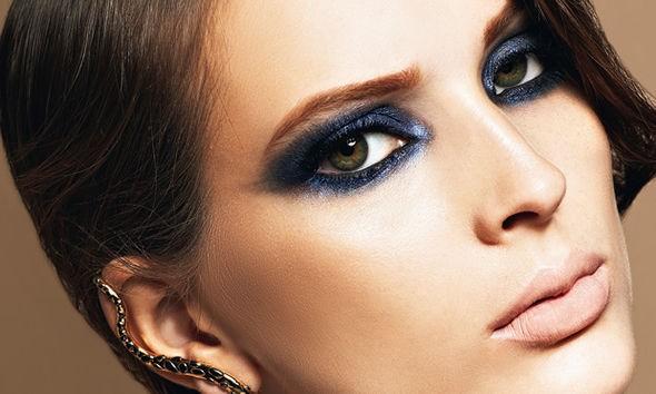 Olho esfumado colorido é uma opção de maquiagem para noite