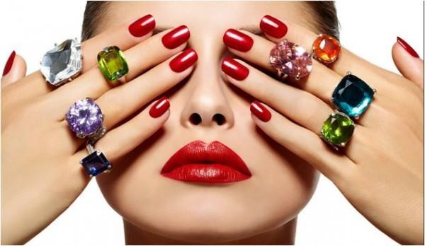 Descubra o esmalte vermelho que mais combina com sua pele