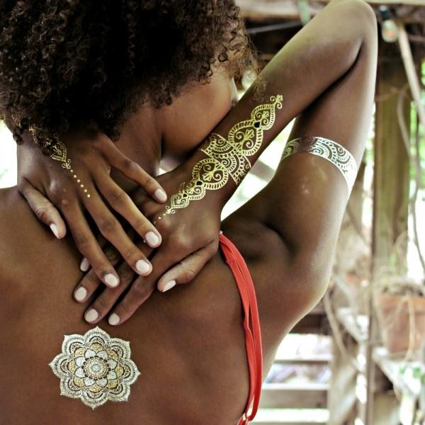 mulher negra usando tatuagens temporárias