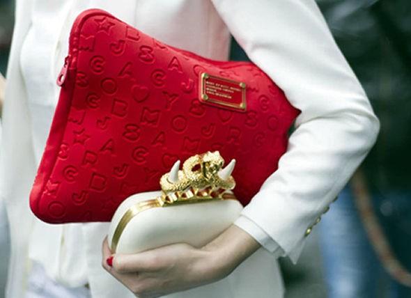 carregar duas bolsas está na moda