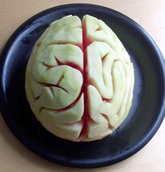 cérebro feito de melancia para festa de Halloween