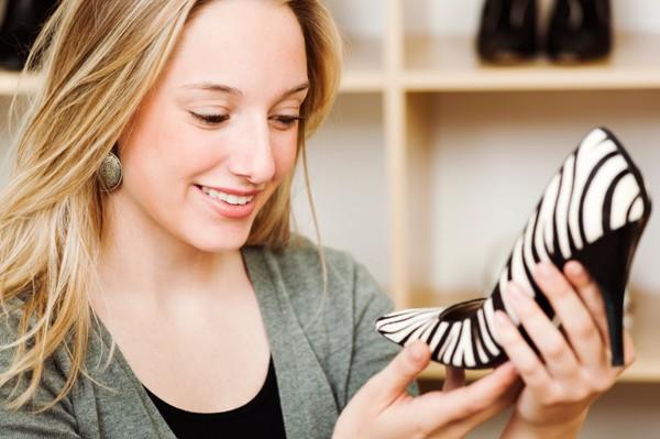 mulher observando um sapato de Salto Médio