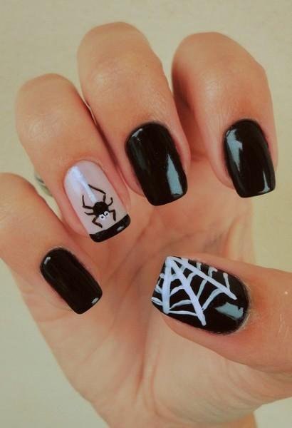 Unhas para Halloween com aranha