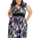 Mulher plus size usando vestido estampado