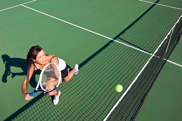 Jogar tênis faz bem para saúde da mulher