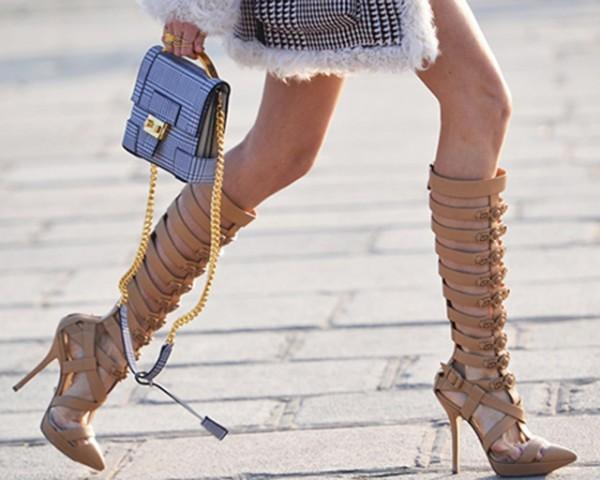 mulher usando sandálias gladiadoras