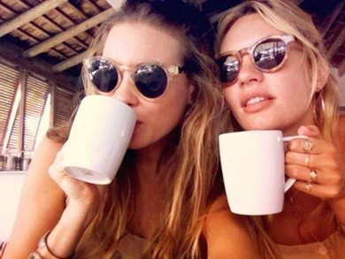 duas mulheres usando oculos escuros