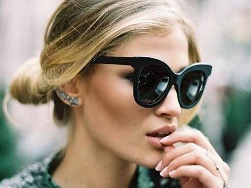 mulher de coque e oculos escuros