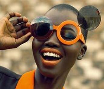 mulher negra com oculos escuros