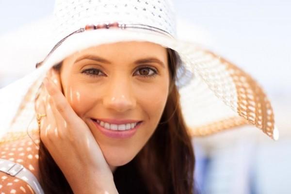 chapéu é uma das dicas de beleza para enfrentar o calor