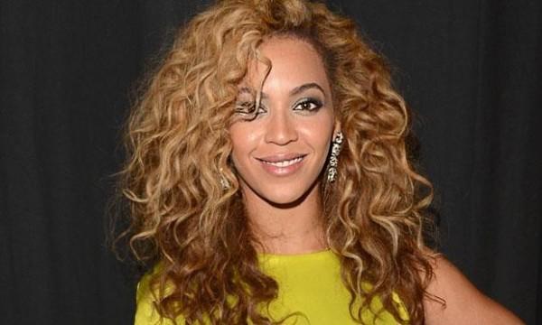 famosa com cabelo crespo loiro