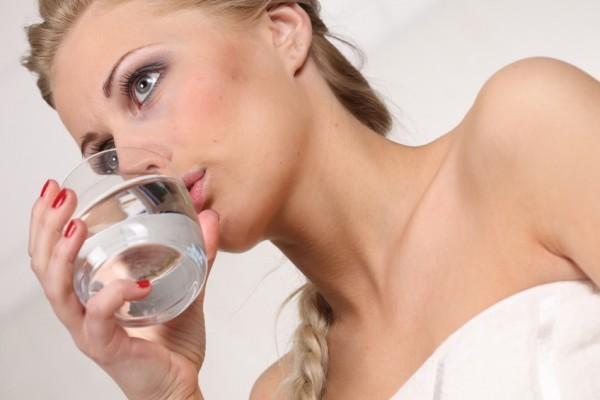 Beber água é importante para hidratar a pele no verão e conseguir o bronzeado dos sonhos