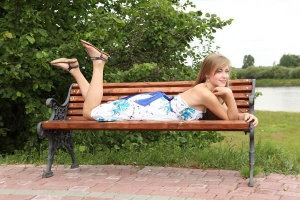 Vestido de tecido leve ou floral também deixa a mulher elegante