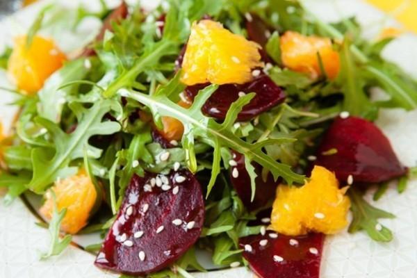 Salada refrescante é uma opção de alimentação para o calor