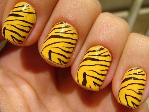 Foto de Unhas decoradas zebra Amarelo com Preto