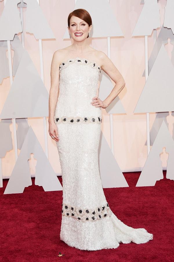 Julianne Moore mostra como combinar o esmalte com o vestido de festa