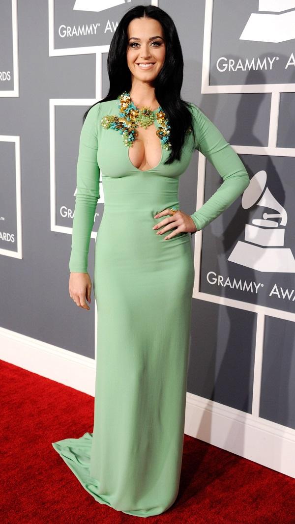 Katy Perry demonstra como combinar o esmalte com o vestido de festa