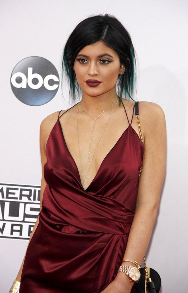 Kylie Jenner com um look na cor da moda 2015