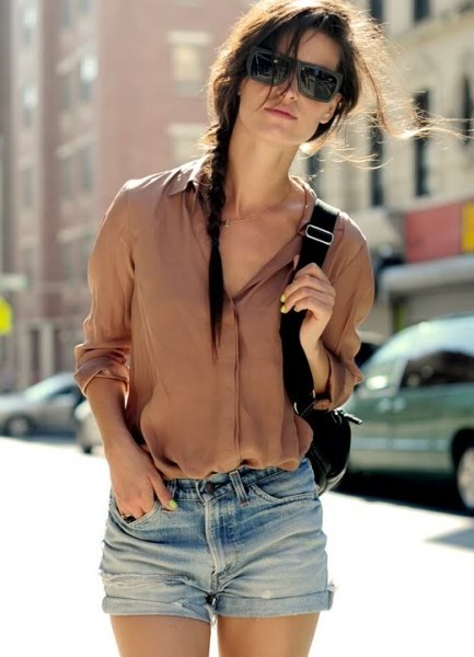 Looks para ir a escola usando Short jeans + camisa de tecido leve + óculos escuros