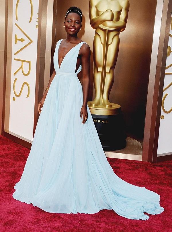Lupita Nyongo mostra como combinar o esmalte com o vestido de festa