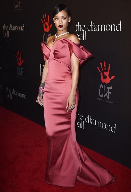 Rihanna usando o look com a cor da moda 2015