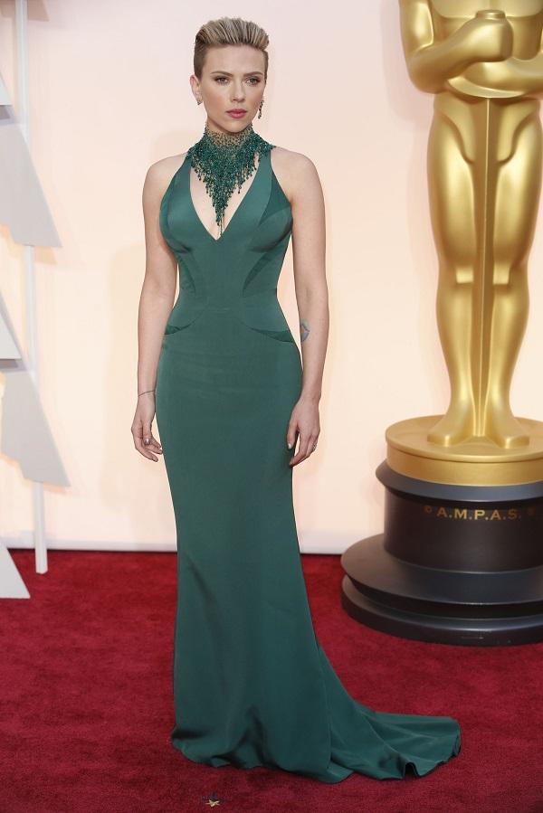 Scarlett Johansson mostra como combinar o esmalte com o vestido de festa