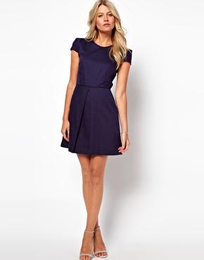 mulher de pernas curtas usando vestido