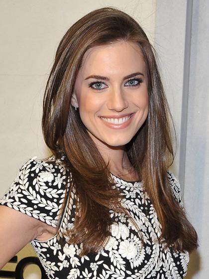 Allison Williams com cabelos longos