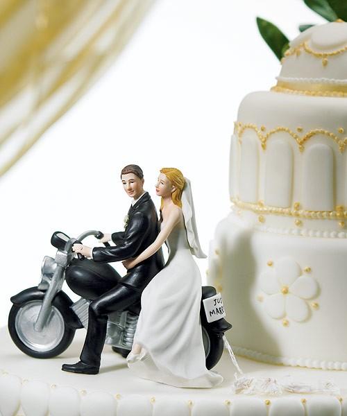 Noivinhos no topo do bolo de casamento